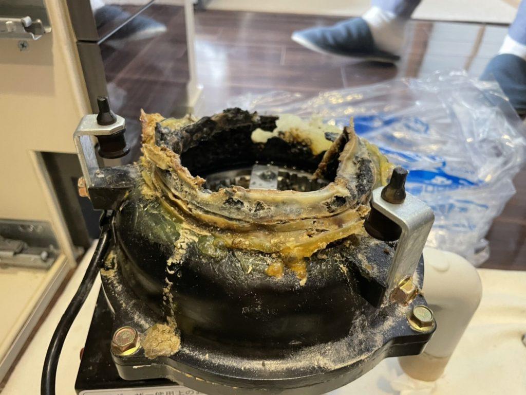 セイホー製ディスポーザー、鋳物部分が朽ちた画像